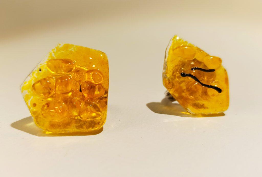 bague jaune d'or, verre