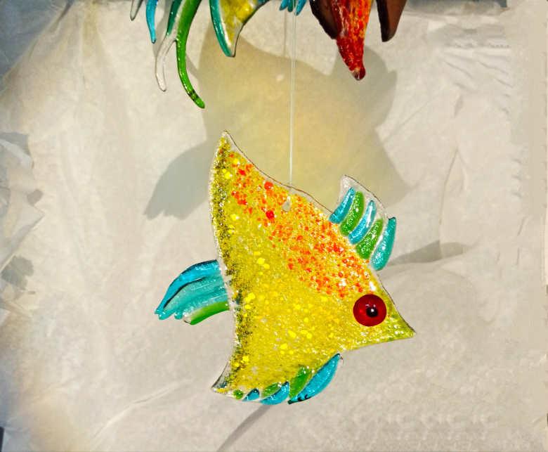poisson jaune en verre