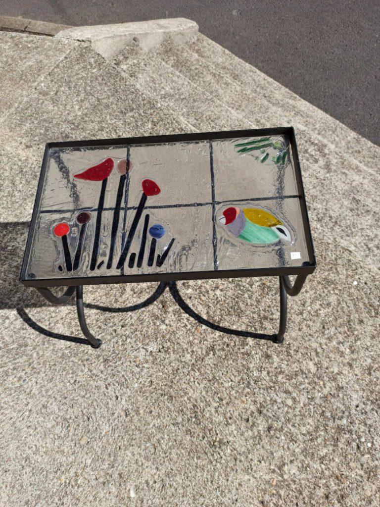 table en verre fusionné avec coquelicot et oiseau
