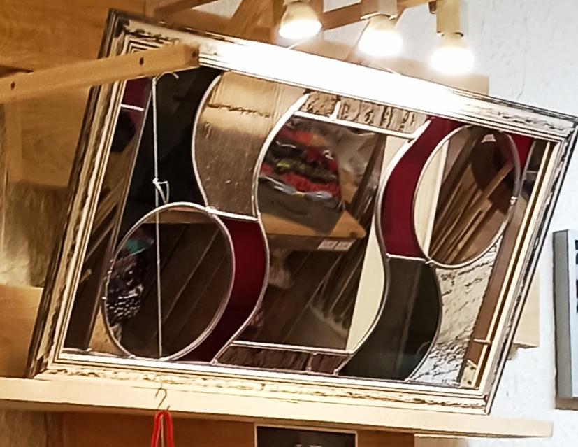 vitrail miroir rouge noir